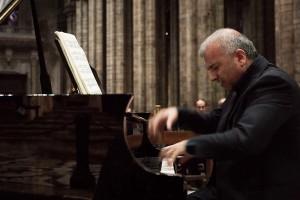 Il pianoforte è solo un'appendice terrena, le note sfumano, lasciano lo spartito per farsi suono interiore ed accompagnare il pubblico in un esperienza mistica, trascendente.